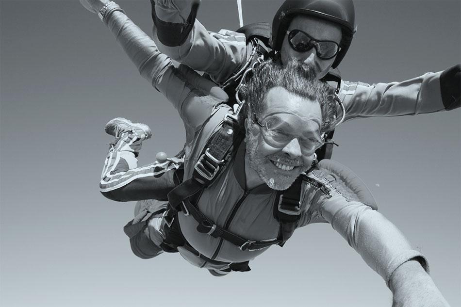 Extremsport mit Zahnimplantaten: Der Fallschirmsprung!